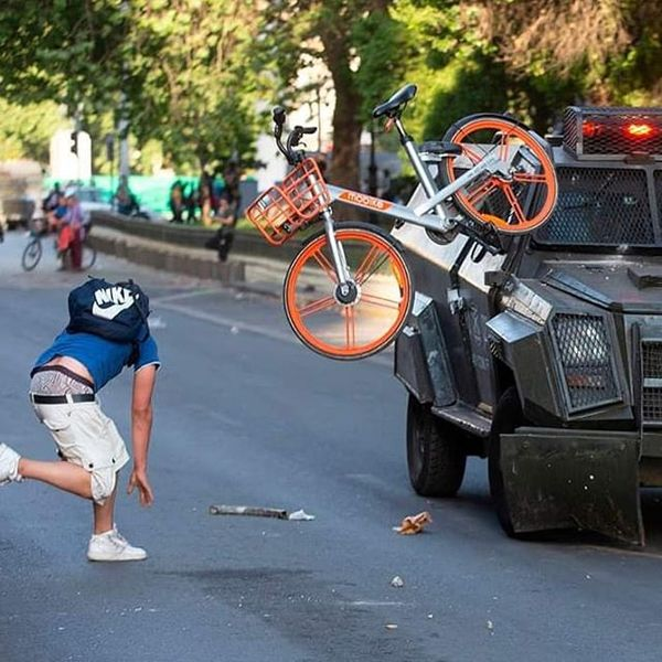 Chilean protesters found a new way to use all those rent-a-bikes you see everywhere nowadays. #ChileSomosTodos #chile #chile...
