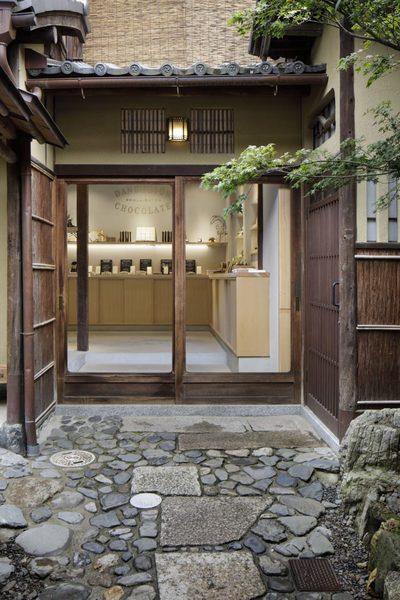 dandelion-chocolate-kyoto-cafe-interiors-fumihiko-sano-studio_dezeen_1704_col_4-852x1279.jpg