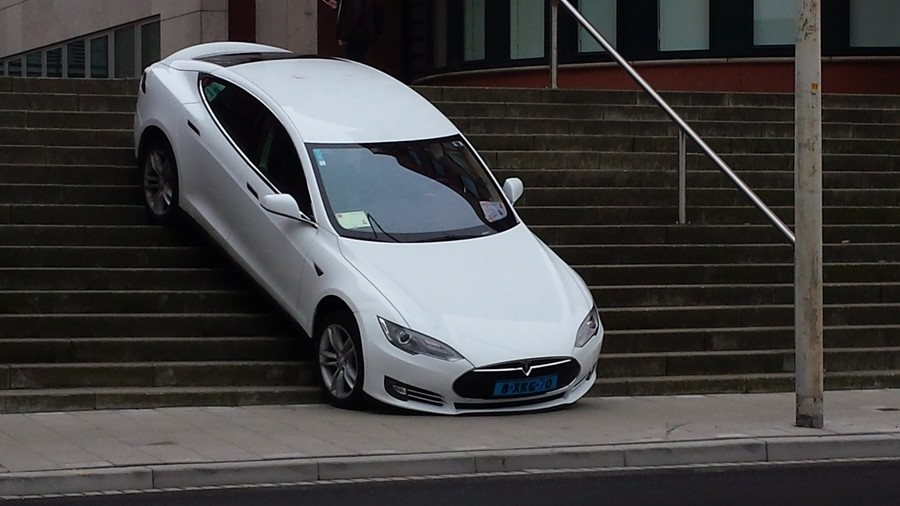 Tesla Model S stuck in Hague