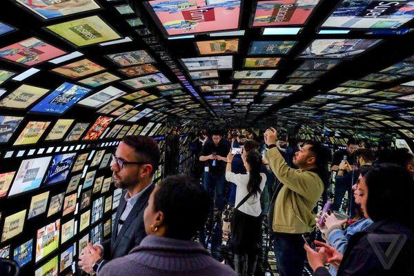 """Social Galaxy"" installation at Samsung 837 ""brand experience"""