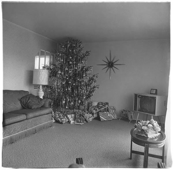 Diane Arbus – Xmas tree in a living room in Levittown, L.I. 1962