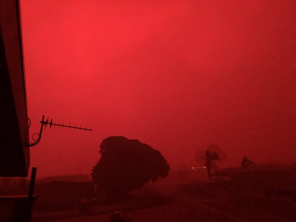 """Brendan on Twitter: """"#Mallacoota is turning pinkish red. Still no flames visible from where I am but plenty of hot embers and the roar is undeniable. VicEmergency notifications are going wild. https://t.co/ang6eTWz8B"""" / Twitter"""