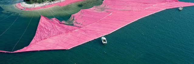 """Le duo Christo et Jeanne-Claude, maîtres dans le domaine du Land Art, a réalisé une magnifique installation en 1983 : Surrounded Islands (ou """" îles entourées """"). Pendant deux semaines, on pouvait voir sur la Baie de Biscayne, à Miami, des îles roses. Onze îles, composées d'arbres, ont été entourées d'une ceinture de polypropylène rose fuchsia."""