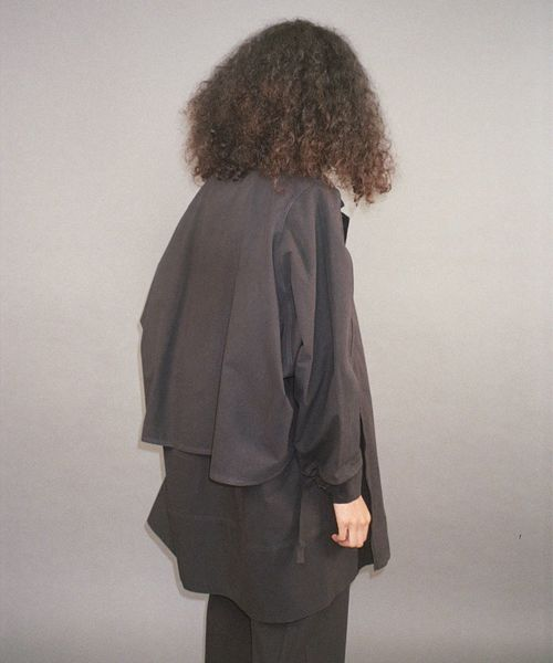mid-cape-coat-dry-cotton-black-08.jpg?v=637112280972970000