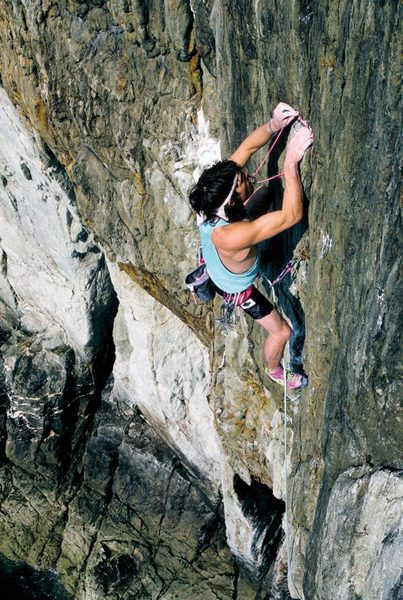 andy-pollitt-reclimbing-skinhead-moonstomp-e6-6b-for-photos-after-his-first-ascent-in-1984-main-cliff-gogarth.-photo-glenn-r...