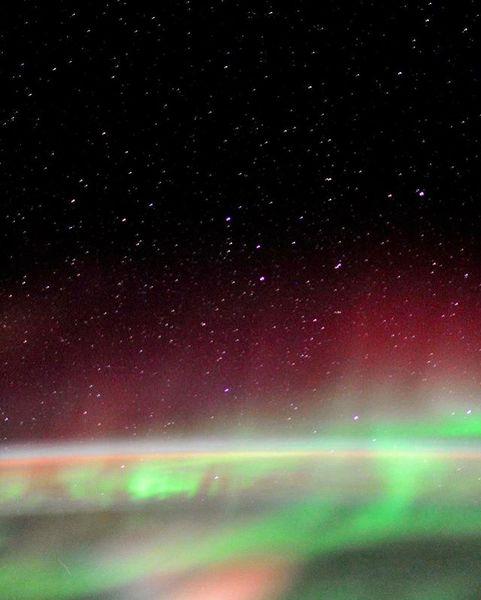 Так выглядит с борта Международной космической станции звёздное небо и самое красочное световое явление - полярное сияние ✨ ...