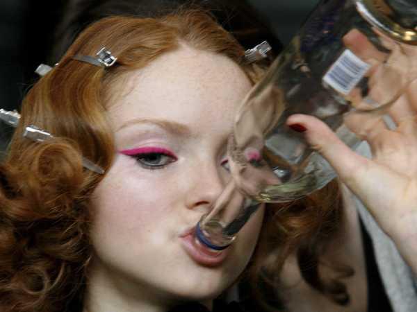 10-pictures-of-fashion-models-eating-backstage.jpg