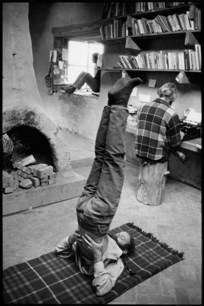Henri Cartier-Bresson, 1971. New Mexico. The Lama Foundation community. In the library.