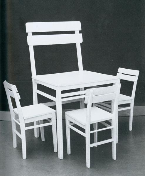 Timm-Ulrichs---Stuhltisch-mit-drei-Stühlen-1968