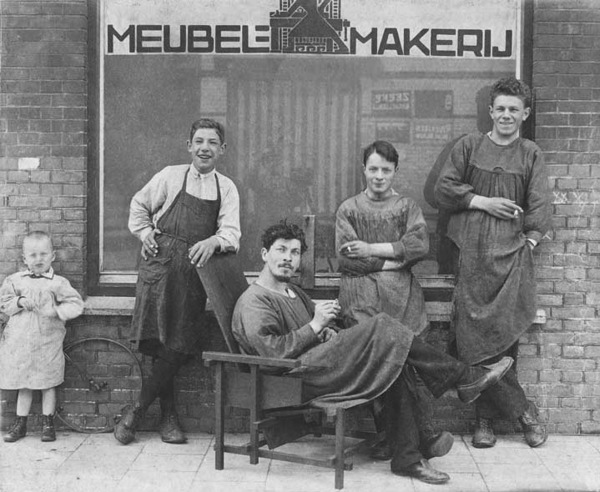 rietveld-and-staff-1919-workshop.jpg