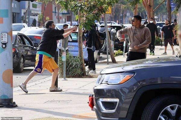 29067282-8378335-santa_monica_california_an_armed_vigilante_attempts_to_stop_a_ba-a-32_1591087305729.jpg