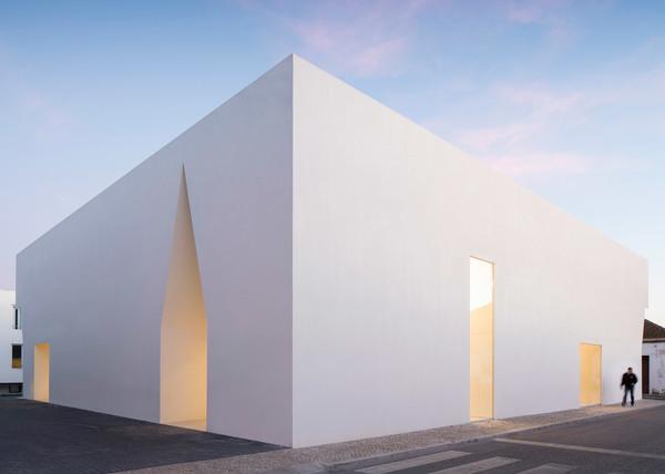 meeting-room-gra-ndola-aires-mateus-architecture_dezeen_hero-2.jpg