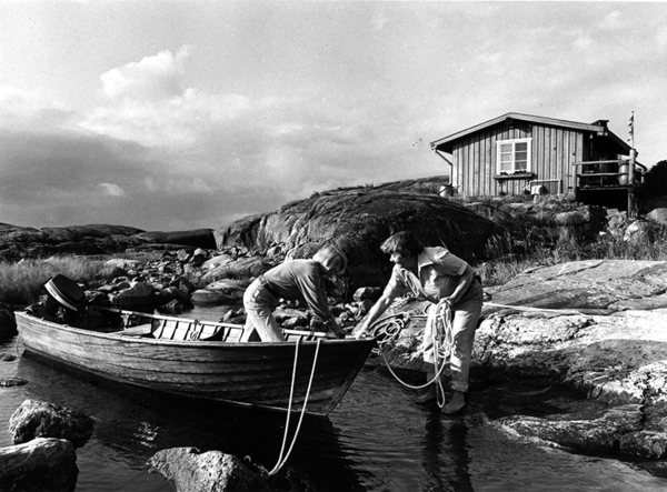 tove-jansson-and-tuulikki-pietil-coming-in-by-boat-to-klovharun_small.jpg