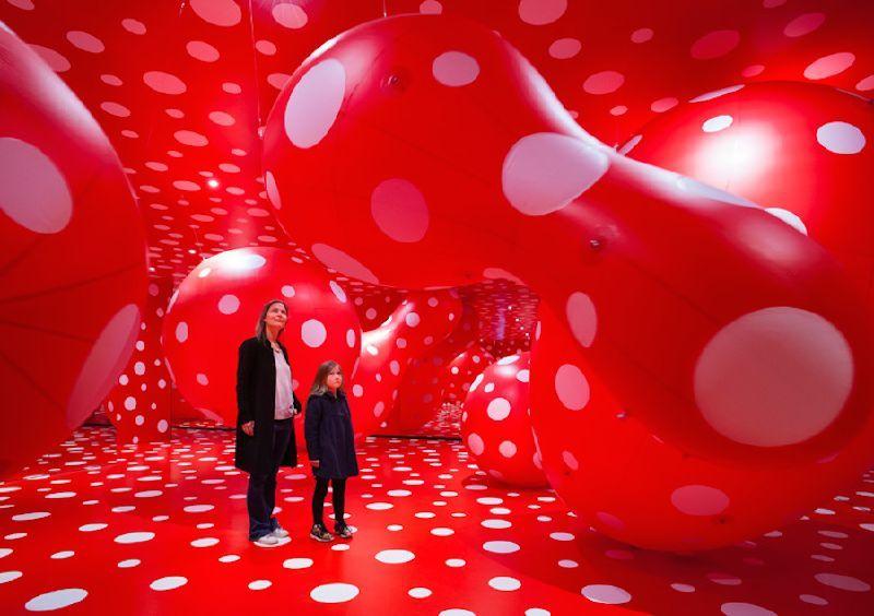 6430678_yayoi-kusamas-infinite-polka-dots-installation_t9c04d717.jpg