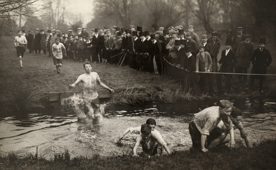 boys_run_before_a_crowd_in_the_-junior_race-_at_eton_college_in_windsor.jpg