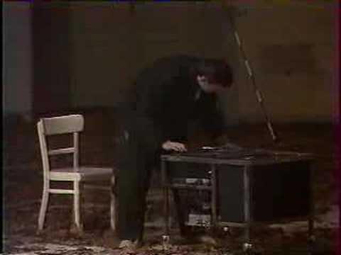 Une création de Pina Bausch datant du 8 janvier 1977. Adaptation de l'opéra de Béla Bartók : Barbe Bleue. Avec BEATRICE LIBONATI, JAN MINARIK, JAKOB ANDERSEN, ANNE MARIE BENATI, BENEDICTE BILLIET, MARION CITO, DOMINIQUE DUSZYNSKI, JOSEPHINE ANN ENDICOTT, LUTZ FORSTER, MECHTIHILD GROSSMANN, KYOMI ICHIDA, URS KAUFMANN, ED KORTLANDT, ELENA MAJNONI, ANNE MARTIN, YOLANDA MEIER, DOMINIQUE MERCY, NAZARETH PANADERO, HELENA PIKON, HANS POP, ARTHUR ROSENFELD, MINIKA SAGON, JEAN-LAURENT SASPORTES, JANUSZ SUBICZ, FRANCIS VIET.